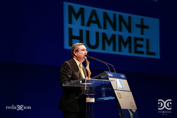 Director Mann+Hummel en el acto de entrega
