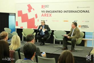 Manuel Teruel (izda.), presidente de Cámara Zaragoza, en la conferencia de clausura del VII Encuentro Arex.
