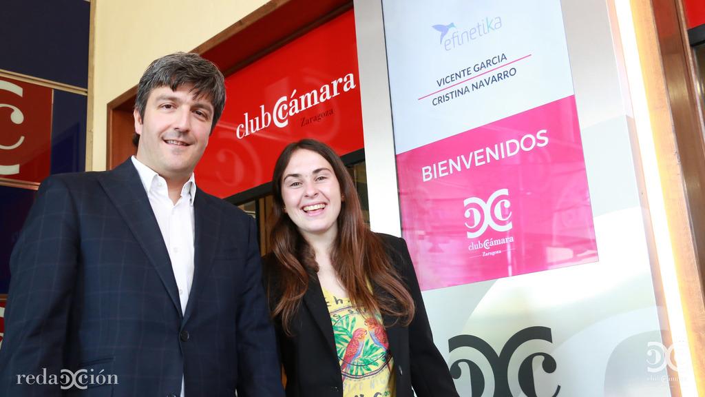 Cristina Navarro, responsable de comunicación de Efinétika, y Vicente García, , en su bienvenida a Club Cámara. Fotos: Arturo Gascón.