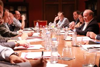 El director general de la Cámara, José Miguel Sánchez, y el catedrático de Análisis Económico de la Universidad de Zaragoza y director del estudio de ESI, Marcos Sanso, desgranaron los detalles del informe en un desayuno en Cámara Zaragoza.