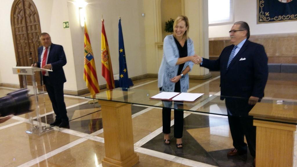 Marta Gastón y Manuel Teruel, en el momento de la firma de constitución del Cluster de la Energía.