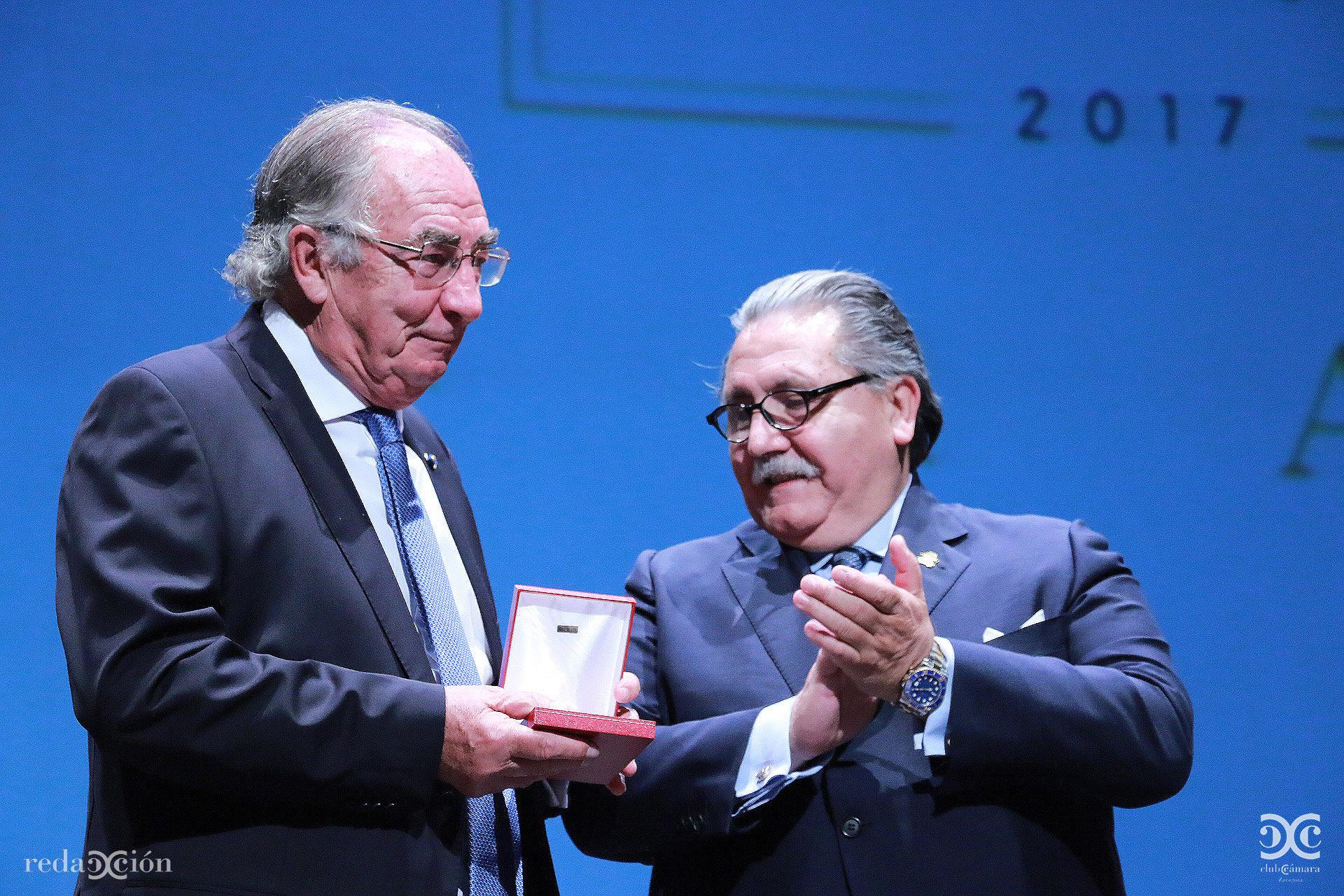 Amado Franco recoge de manos de Manuel Teruel la Medalla de Oro de Cámara Zaragoza. Fotos: Arturo Gascón.