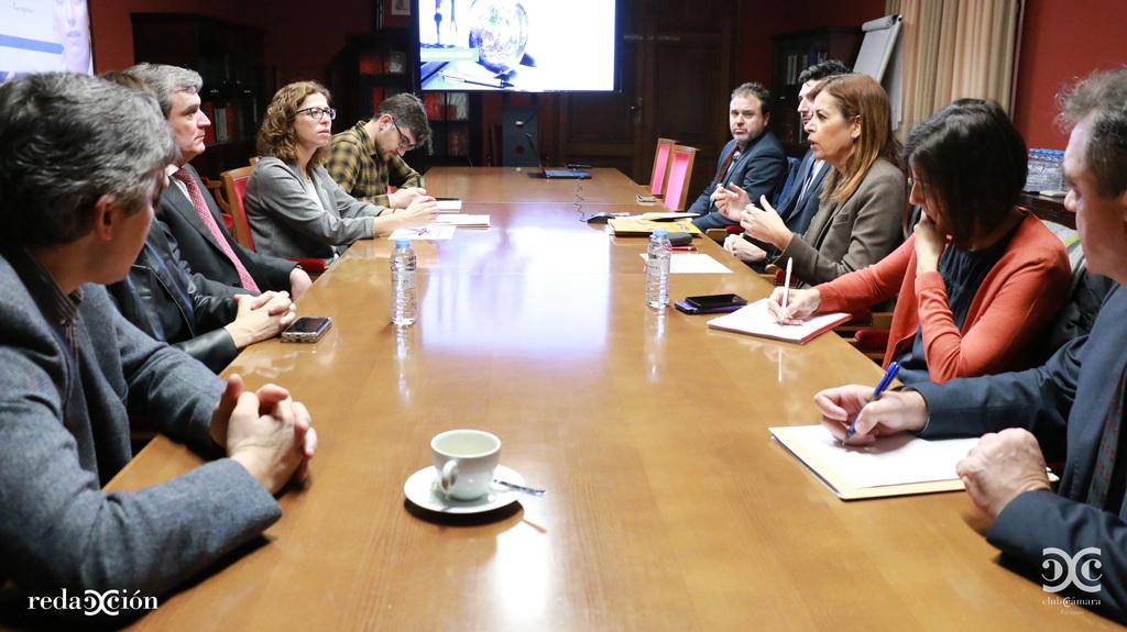 Ana Cebrián y Eduardo Serrano, de Cofides, han participado en un Desayuno Internacional con los socios de Club Cámara. Fotos: Arturo Gascón.