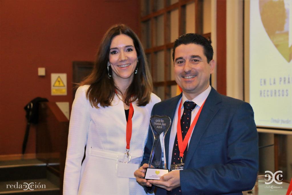 Paula Sánchez y Fernando Moraga, en la entrega del certificado Quiero Trabajar Aquí. Fotos: Arturo Gascón
