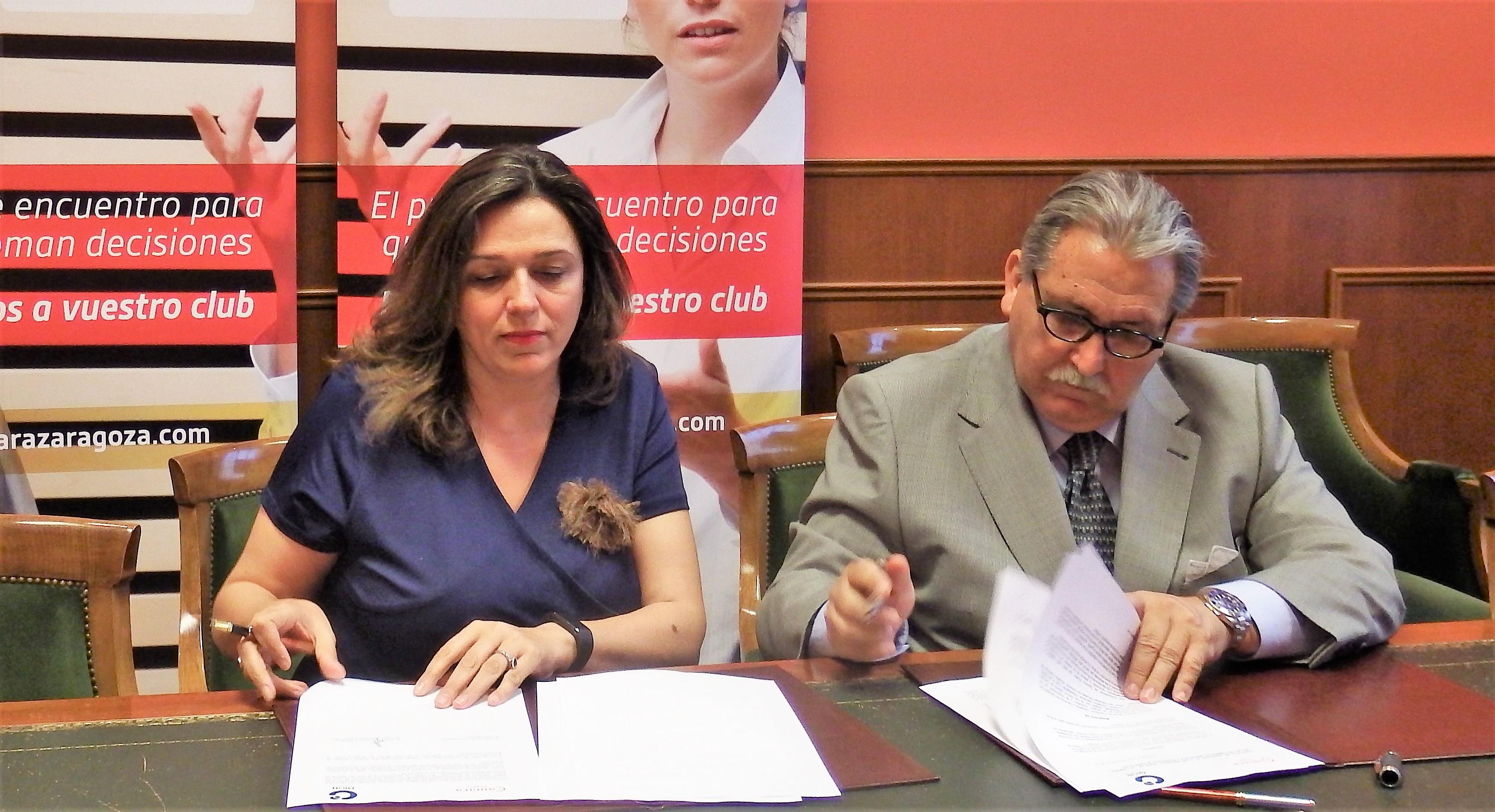 Ana María Crespo (OION) firma la adhesión al Club .